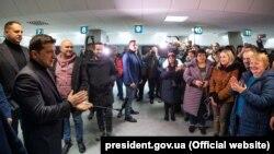 Владимир Зеленский встречает обменянных пленных в аэропорту Киева