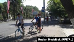 Алматы көшелерінде велосипед теуіп жүрген жастар. 16 шілде 2014 жыл. (Көрнекі сурет)