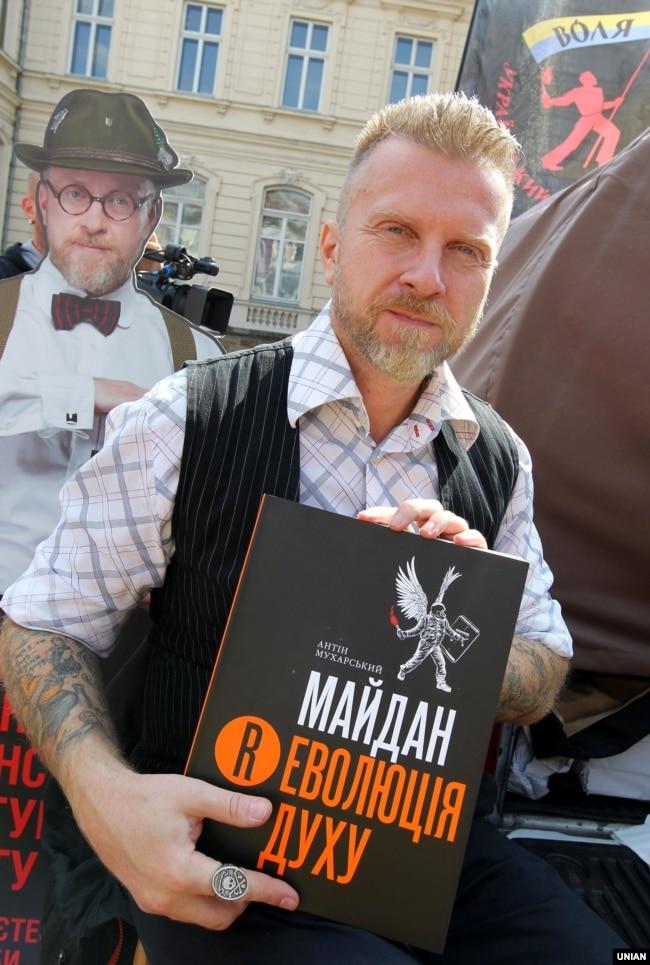 Антін Мухарський під час презентації своєї книги «Майдан. Революція Духу» на «Форумі видавців у Львові», 10 вересня 2015 року