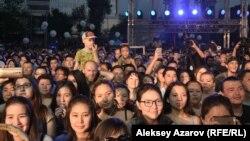 Казахстанская молодежь на концерте. Иллюстративное фото.