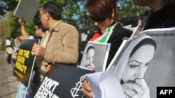 Members of Amnesty International protest outside the Iranian Embassy in the days before Darabi's execution.