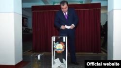 Президент Таджикистана Эмомали Рахмон бросает бюллетень в урну для голосования в день референдума. Душанбе, 22 мая 2016 года.