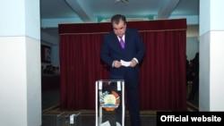 Президент Таджикистана Эмомали Рахмон голосует на конституционном референдуме, который предоставил ему право баллотироваться на пост президента страны без ограничений. Душанбе, 22 мая 2016 года.