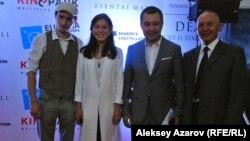 Исполнитель главной роли Каллэн МакОлифф в фильме «Хакер» (слева) и режиссер этого фильма Акан Сатаев (второй справа). Алматы, 19 сентября 2015 года.