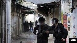 دو سرباز اسرائیلی در منطقه باستانی شرق بیتالمقدس، در جریان درگیری با جوانان فلسطینی