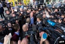 Дуглас Карсвелл в кругу журналистов. 10 октября 2014 года