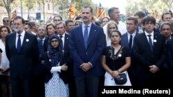 Испан королі Фелипе VI (ортада) терактілер құрбандарын еске алу акциясына қатысып тұр. Барселона, 26 тамыз 2017 жыл.