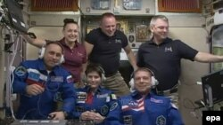 BKS-da- Yelena Serova (arxa cərgə solda), Barry Wilmore, Alexander Samoukutyaev