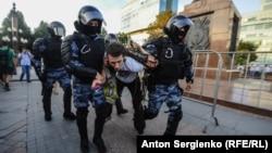 Ռուսաստան, Մոսկվա - Ոստիկանությունը բերման է ենթարկում հուլիսի 27-ի ցույցի մասնակիցներին