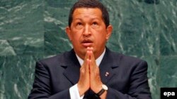 Venesuela prezidenti Hugo Chavez BMT Baş Assambleyasında çıxışı zamanı dua edir - 2006.