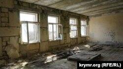 Внутри бывшей казармы в Школьном