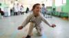 Афганский мальчик танцует на новом протезе