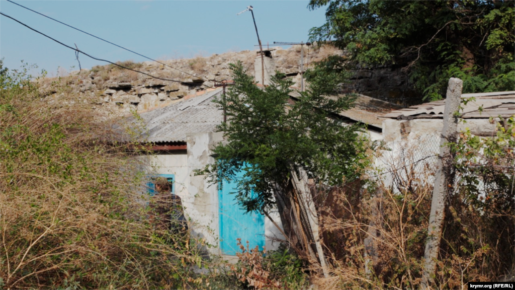 К остаткам крепости примыкают жилые дома. Не менее разрушенные