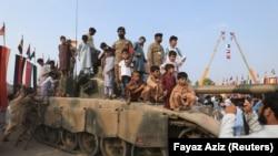 Индия Кашмирдин өзүнө баш ийген бөлүгүнүн атайын макамын август айында жокко чыгарган.