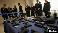 Španski policajci sa oružjem koje su pronašli kod pripadnika srpskog podzemlja, februar 2012.