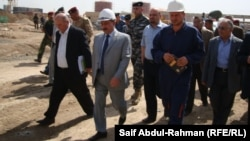 وزير الكهرباء العراقي عبد الكريم عفتان في جولة على محطة توليد كهربائية قيد الإنشاء في الكوت.