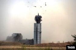 Российский зенитно-ракетный комплекс С-300 в ходе учений в Южном военном округе, июль 2015