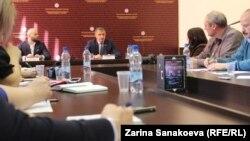На своей первой пресс-концеренции в ранге президента Анатолий Бибилов предпочел обходиться обтекаемыми, даже осторожными заявлениями