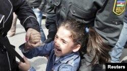 5-летняя девочка, стоя рядом с матерью, выкрикивала лозунги «В отставку!» и «Свободу!»