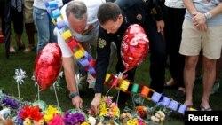 """Мэр Орландо и глава полиции города возлагают цветы в память о жертвах расстрела в гей-клубе """"Пульс"""" во Флориде"""