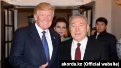 АҚШ президенті Дональд Трамп (сол жақта) және Қазақстан президенті Нұрсұлтан Назарбаев (оң жақта). Ортада - Қазақстан президентінің үлкен қызы Дариға Назарбаева. Вашингтон, 17 қаңтар 2018 жыл.