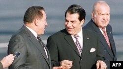 زینالعابدین بنعلی (وسط) و حسنی مبارک(چپ)؛ یکی مهار قدرت را رها کرد و دیگری به دنبال کنترل اعتراضهاست