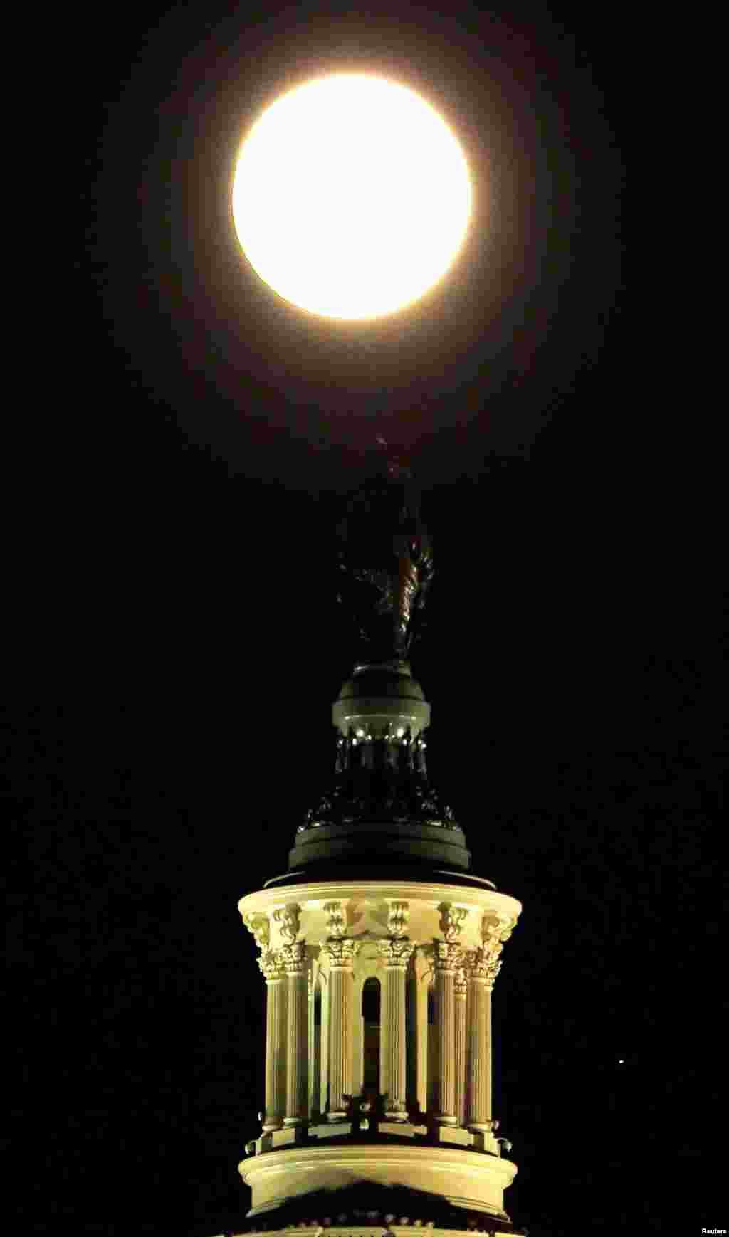 Луна над Капитолием в Вашингтоне, США.