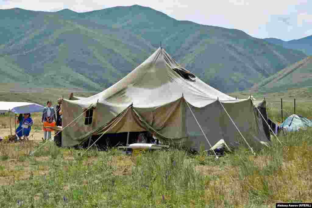 Лагерь археологов с видавшей виды брезентовой палаткой.