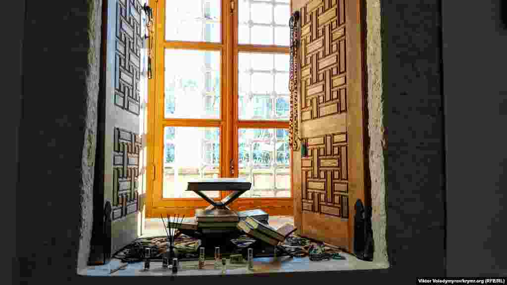 Некоторые исследователи полагают, что именно здесь долгое время хранился уникальный Коран 15 века. Согласно преданию, он был подарен мечети самим Девлет I Гераем. По информации историка Олексы Гайворонского, в 1924 году священную книгу изъяли сначала в Евпаторийский, а затем Бахчисарайский музей, где он и был потерян