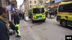 На месте теракта в Стокгольме. 7 апреля 2017 года.