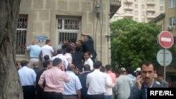 Bakıda İran konsulluğu qarşısında növbə