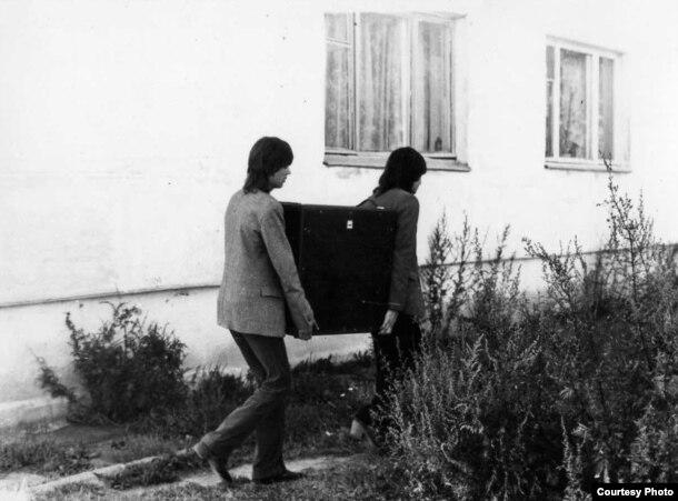 «Мроя», 1980-я. Музыкі нясуць апарат з кватэры загадчыцы клюба ў Дзегцяроўцы ў клюб перад танцамі.
