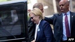 Хиллари Клинтон, покинув церемонию памяти жертв терактов 11 сентября 2001 года, пошатнулась, садясь в машину