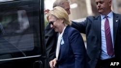 Хиллари Клинтон заходит в микроавтобус после церемонии в память о жертвах терактов 11 сентября 2001 года