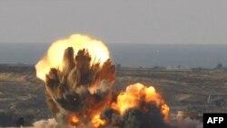 در هفتمین روز از تهاجم به غزه نیروی هوایی اسرائیل در حدود ۲۰ هدف را بمباران کرد که دو فلسطینی در پی اصابت موشک به خانهشان جان باختند. (عکس: AFP)