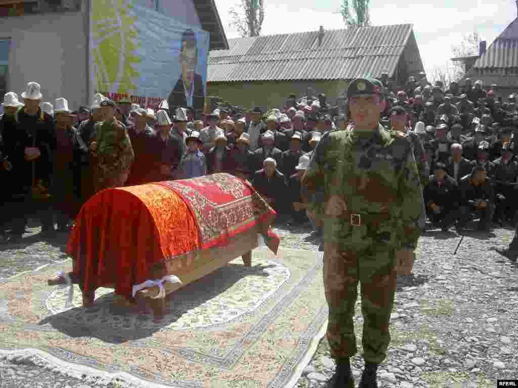 Маркум Жогорку Кеңештин акыркы эки чакырылышына депутат болуп шайланган - Kyrgyzstan -- Funeral the deputy of parliament Sanjar Kadyraliev, Village Kyzyl-Senir Uzgen district,16april2009