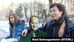Гражданские активисты у консульства Франции в Алматы требуют не экстрадировать Аблязова. 14 января 2014 года.