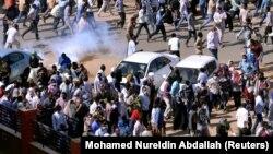 Демонстранти у Судані тікають від сльозогінного газу, 25 грудня 2018