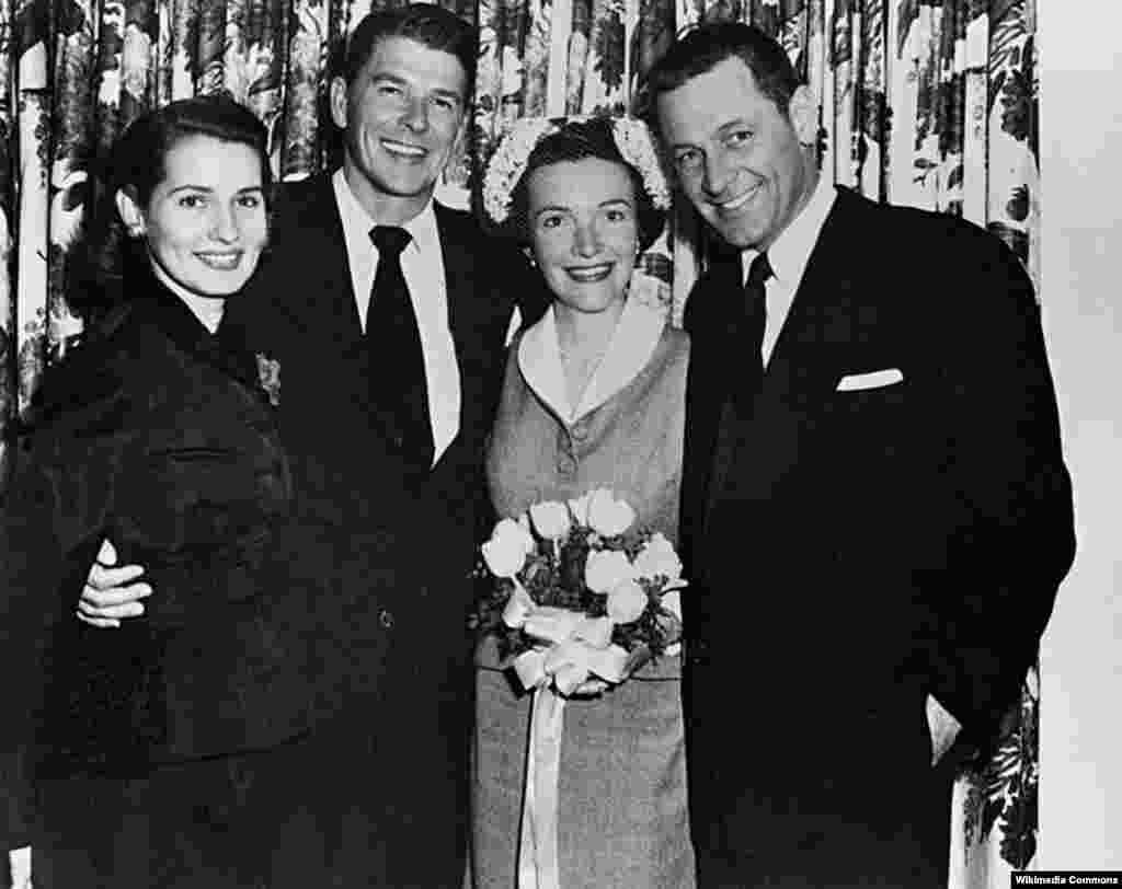 Свадьба Нэнси и Рональда Рейгана.4марта 1952 года. Всего два гостя, они же свидетели, были на свадьбе – ближайший друг Уильям Хорден и его супруга Бренда Маршал.