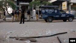 Pjesëtarët e sigurisë pakistaneze në vendin e një shpërthimi të mëparshëm të bombës