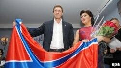 Российская певица Анна Нетребко и один из лидеров сепаратистов Олег Царев с флагом самопровозглашенной Новороссии. Санкт-Петербург, 8 декабря 2014 года.