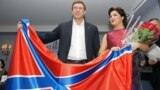 Ana Netrebko și Oleg Țariov, președintele Parlamentului autoproclamatei republici populare Donețk, pozînd cu steagul așa-numitei Novorosia la St. Petersburg