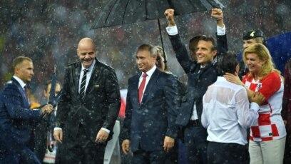 Predsjednica Hrvatske Kolinda Grabar-Kitarović čestita selektoru hrvatske reprezentacije Zlatku Daliću na stadionu Lužnjiki u Moskvi , 15 juli 2017.