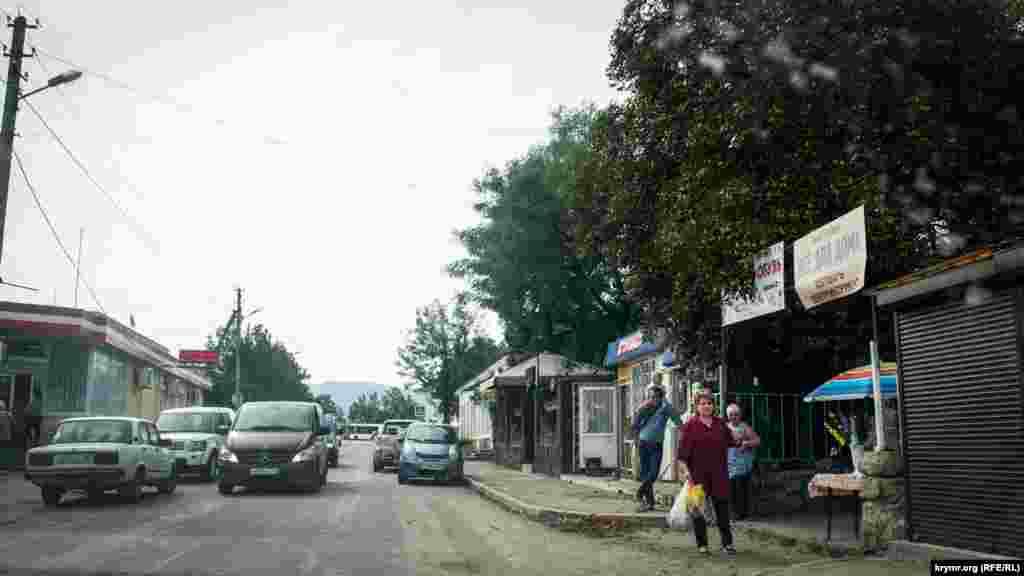 Село Орлиное (Байдары) – административный центр Байдарской долины. Здесь много магазинов, кафе, есть отделения банков и почта