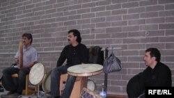 از راست به چپ : جاوید افسری راد نوازنده سنتور و پرکاشن، پژمان حدادی نوازنده دف و تنبک، بهنام سامانی نوازنده دف، تنبک، دمام .