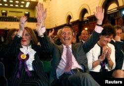 Найджел Фарадж и его однопартийцы празднуют успех на выборах в Европарламент. 25 мая 2014 года