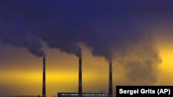 Пушаци излизат от комините на топлоцентрала в Минск