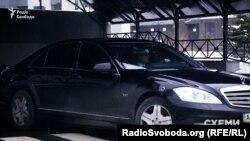 Автомобіль з кортежу Гройсмана виїжджає з паркінгу ЖК «Новопечерські Липки»