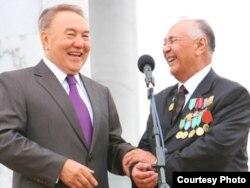 Тарих ғылымдарының докторы, профессор Закратдин Байдосов (оң жақта) президент Нұрсұлтан Назарбаевпен кездесуі кезінде. Ақтөбе. 10 қыркүйек, 2009 жыл.