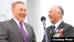Президент Казахстана Нурсултан Назарбаев и профессор Закратдин Байдосов (справа). Актобе, 10 сентября 2009 года. Фото с сайта актюбинской газеты «Диапазон» - http://diapazon.tv.